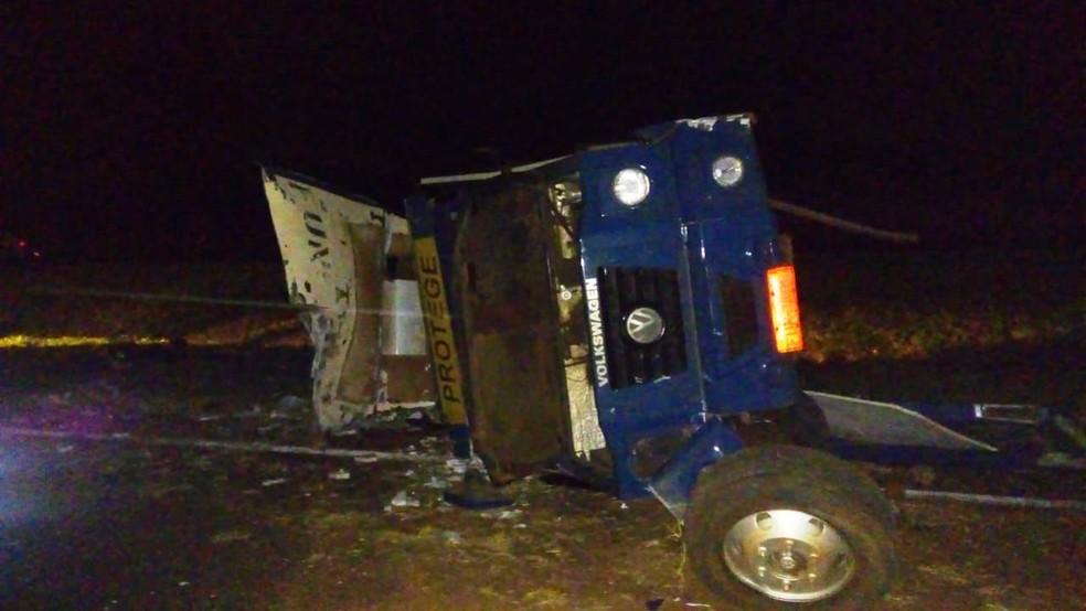 Criminosos atiraram contra carro-forte, que capotou na Anhanguera em Santa Rita do Passa Quatro — Foto: Marlon Tavoni/EPTV