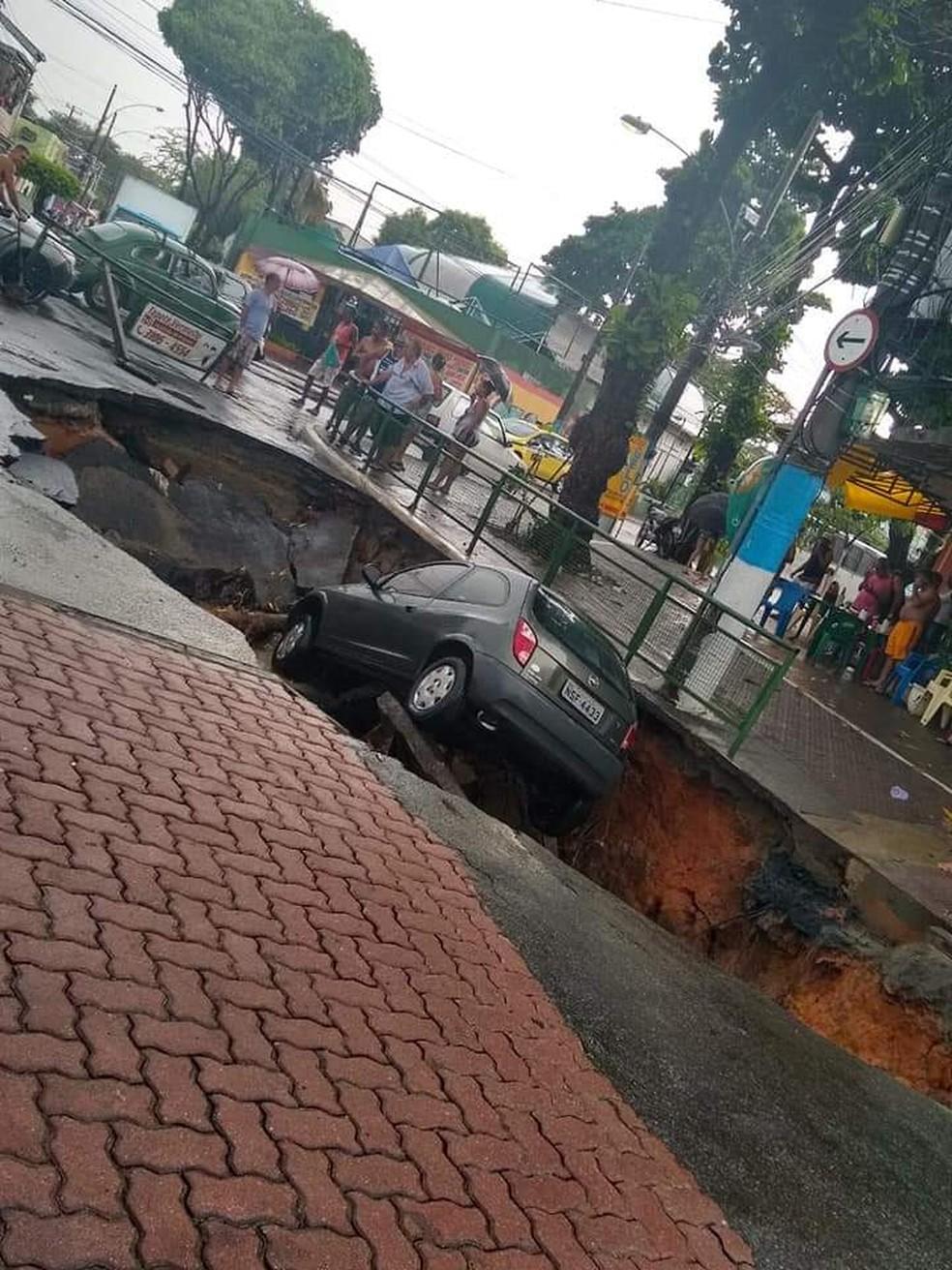 Carro cai em cratera em Guadalupe — Foto: Reprodução/ Redes Sociais
