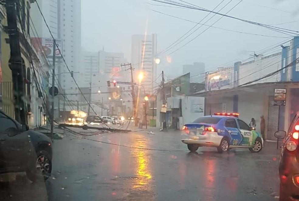 Caminhão bateu em um poste de iluminação na madrugada desta quinta (13), na Zona Norte do Recife — Foto: Reprodução/WhatsApp