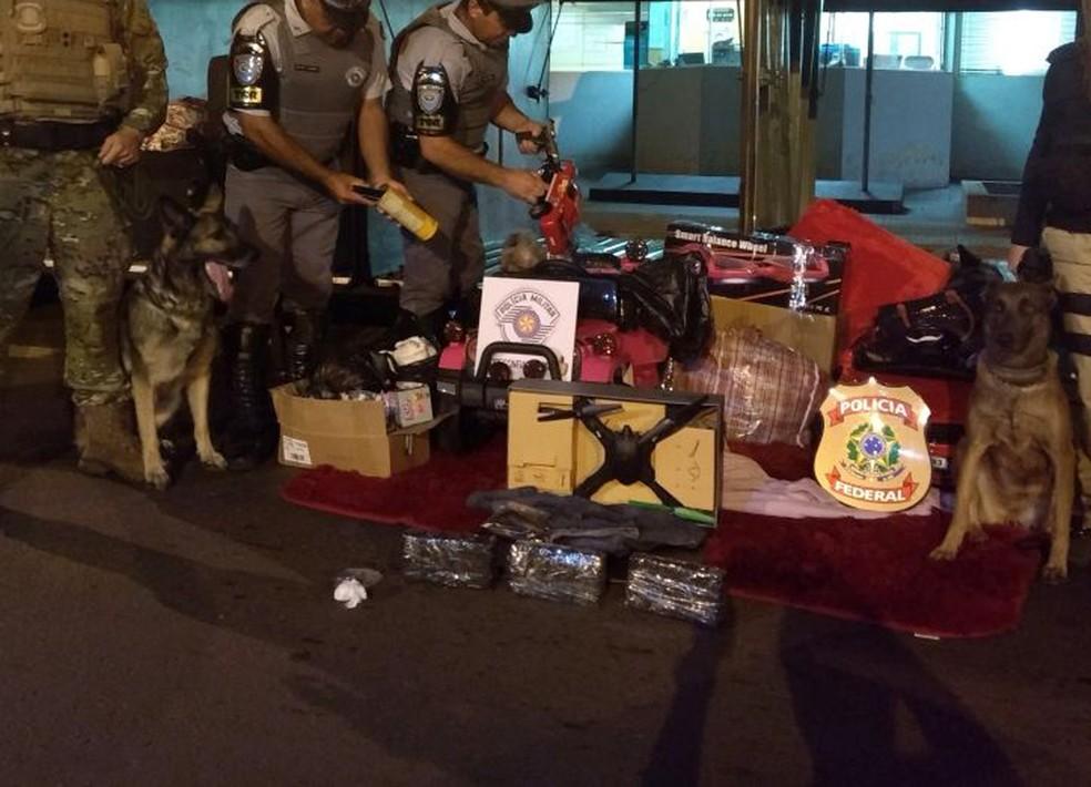 Diversos produtos sem documentação fiscal foram localizados (Foto: Polícia Rodoviária/Cedida)