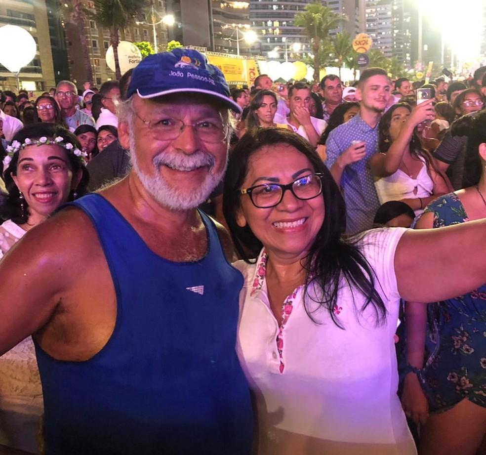 O técnico em radiologia Carlos Nunes, 52 anos, natural de Recife, participa do réveillon em Fortaleza, pela primeira vez, em companhia da esposa Luzanira Morais, 55 anos. — Foto: Helene Santos/ Diário do Nordeste