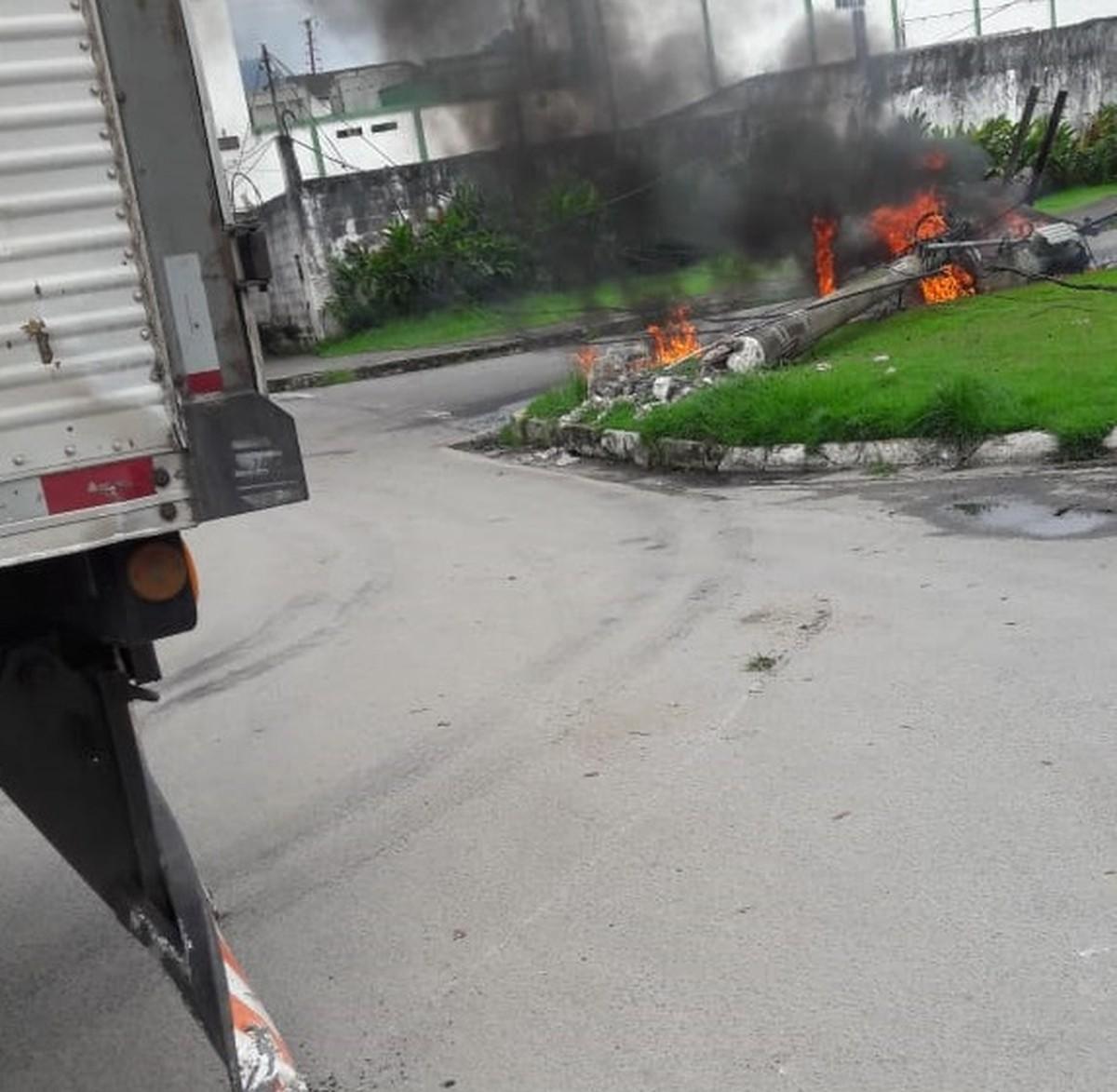 Caminhão bate em poste e fiação pega fogo em Angra dos Reis - G1
