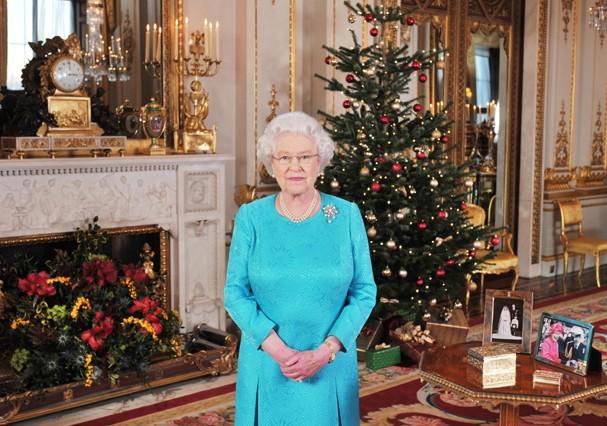 A rainha dá pudim de Natal para os funcionários (Foto: Getty Images)