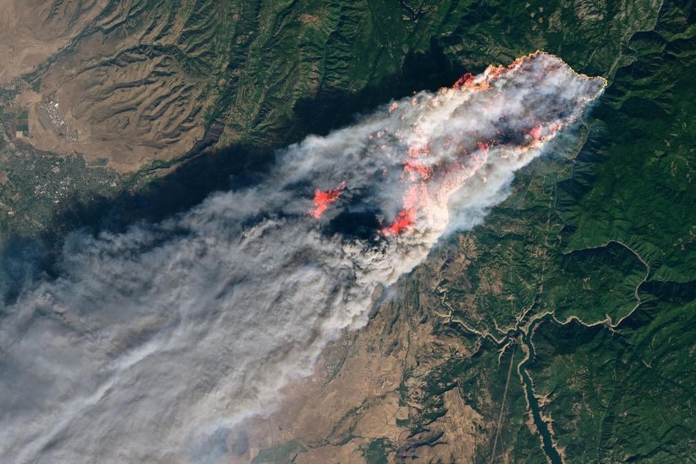 Imagem de satélite mostra o incêndio Camp Fire, no norte da Califórnia, ainda no início, na quinta-feira. — Foto: Nasa/Cortesia à Reuters
