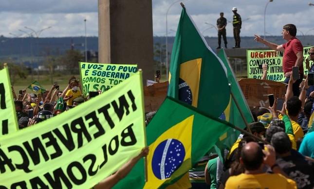 O presidente Jair Bolsonaro discursa para apoiadores em Brasília