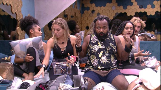 Grupo espera Isabella e Rízia se maquiarem, e Rodrigo se queixa