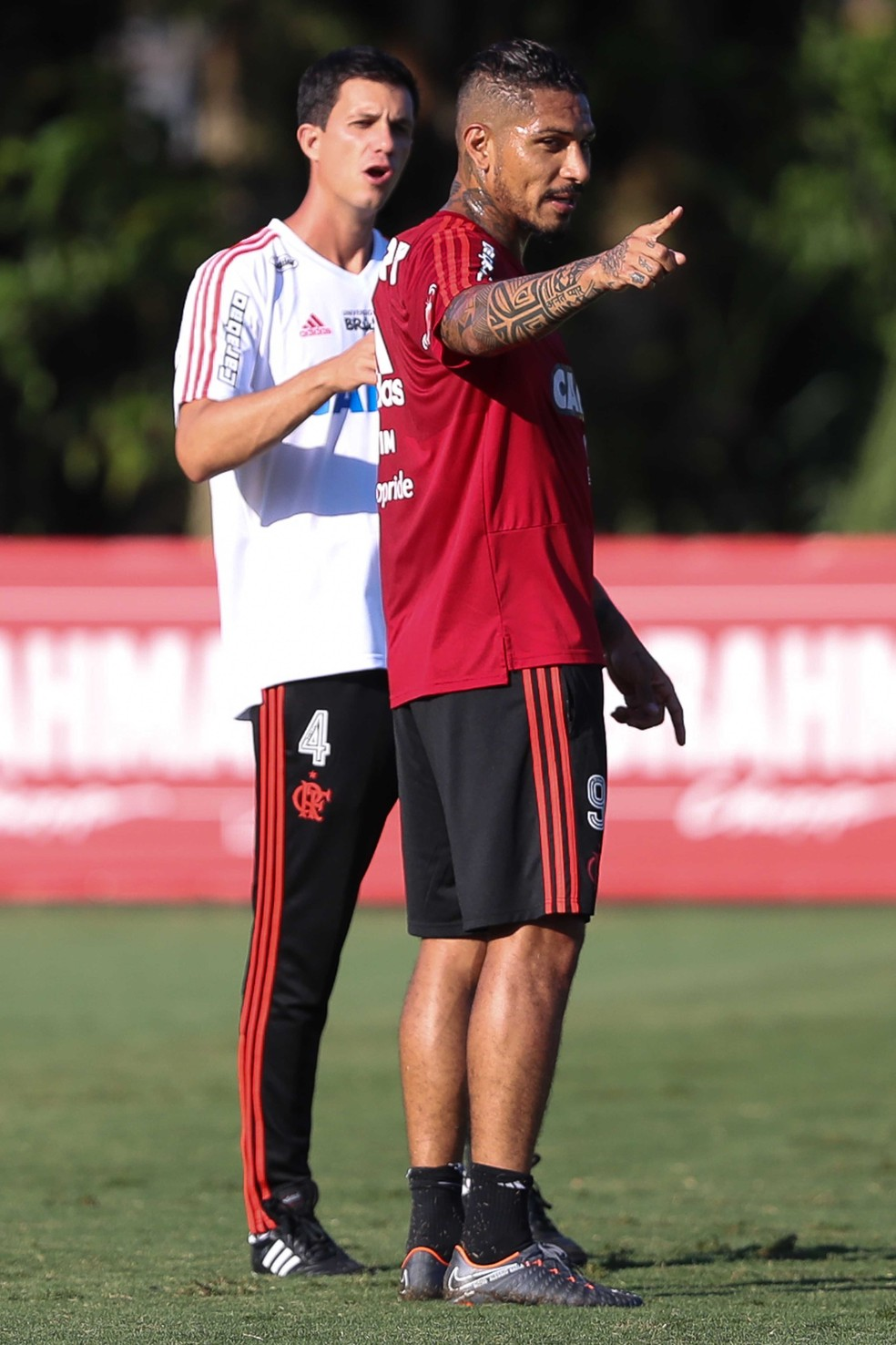 Maurício Barbieri e Guerrero; treinador ouve e é ouvido pelos jogadores, inclusive os mais experientes (Foto: Gilvan de Souza / Flamengo)