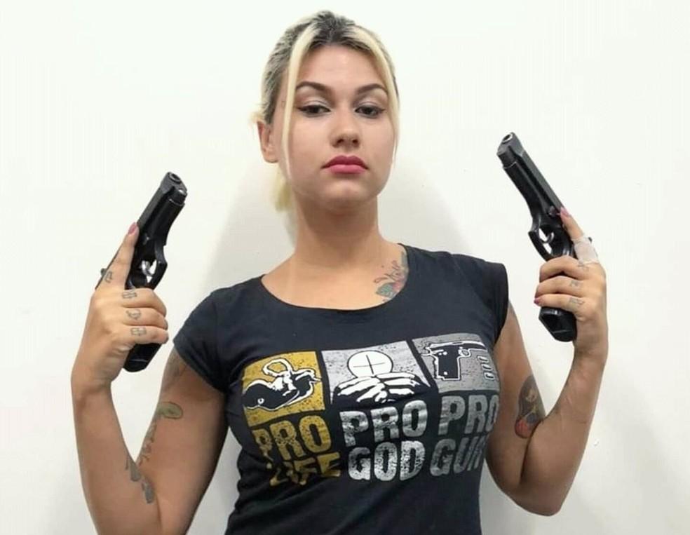 A apoiadora do presidente Jair Bolsonaro Sara Winter posa para fotos segurando armas — Foto: Sara Winter/Twitter/Reprodução