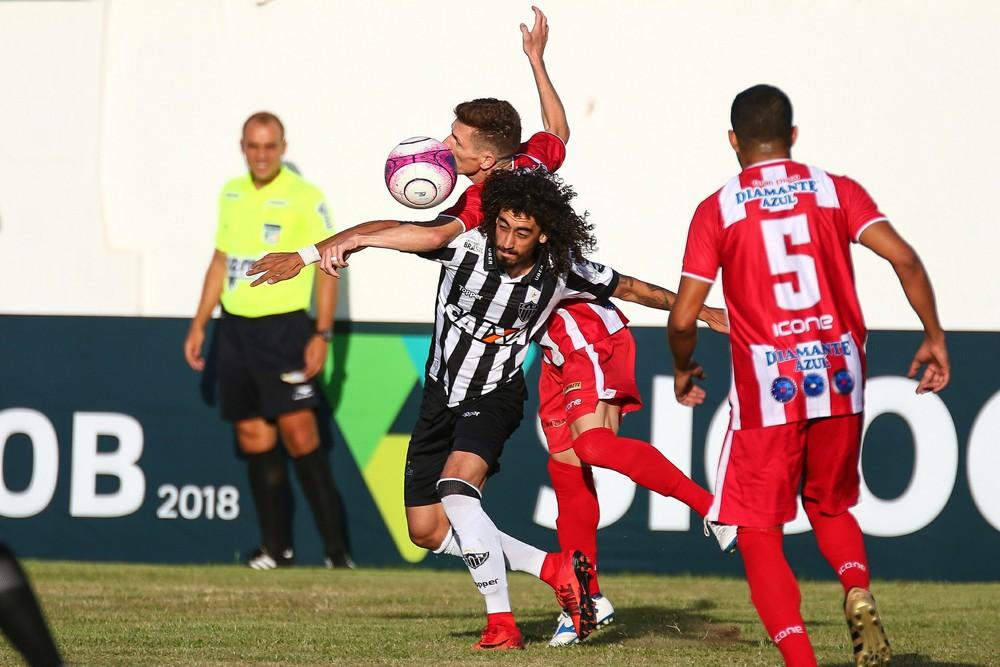 Atlético tenta devolver Valdívia ao Inter, que recusa