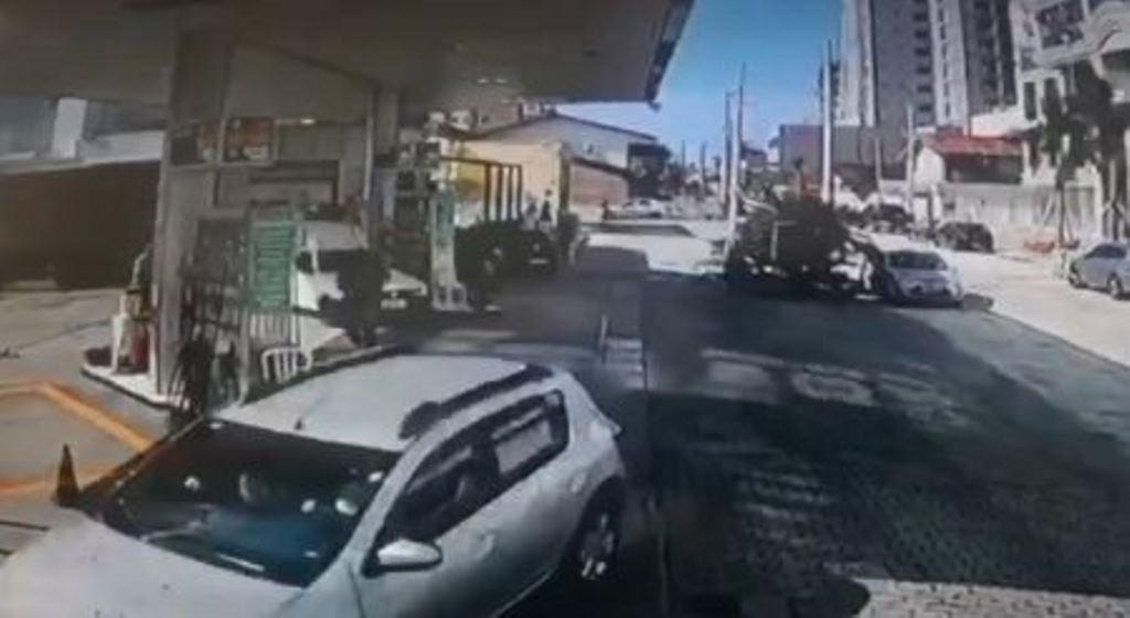Homem morre após ser baleado em posto de combustíveis durante perseguição em Porto Belo; VÍDEO
