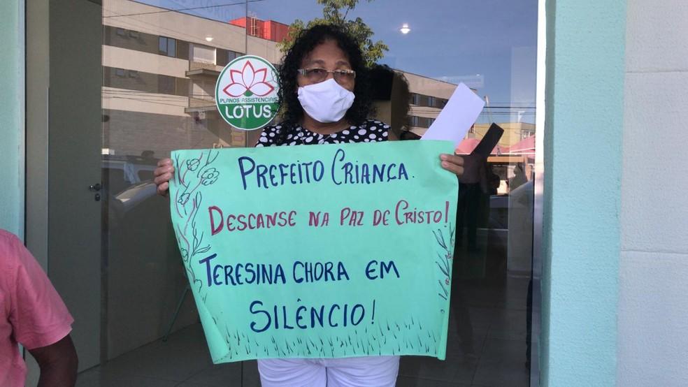 Sara Pereira presta última homenagem ao ex-prefeito Firmino Filho — Foto: Maria Romero