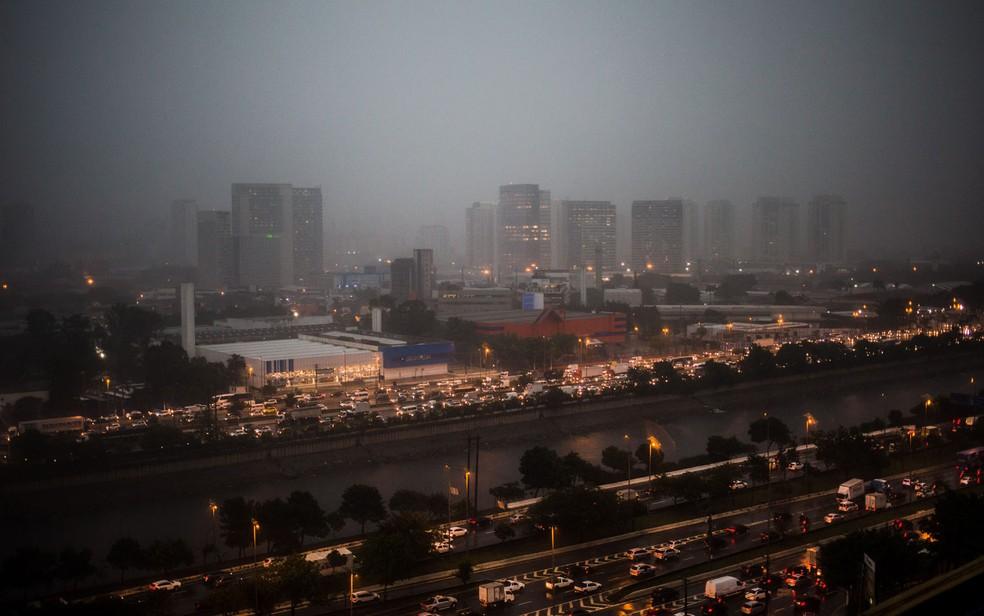Vista a partir da Zona Norte de chuva na cidade de São Paulo — Foto: Tiago Queiroz/Estadão Conteúdo
