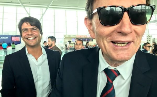 Crivella encontra o deputado Pedro Paulo (PMDB-RJ) no aeroporto  de Brasília