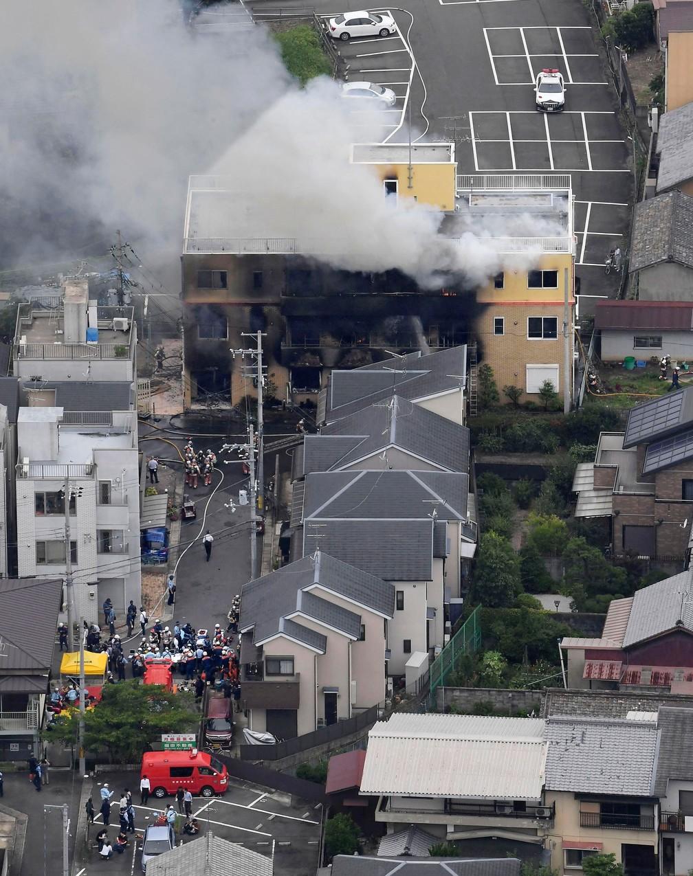 Fumaça sai do prédio de três andares da Kyoto Animation, no oeste do Japão, nesta quinta-feira (18)  — Foto: Kyodo News via AP
