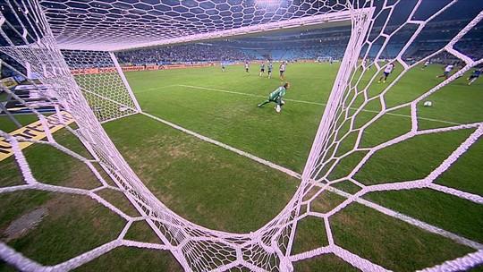 Everton é lançado na esquerda, e chuta de fora da área, mas bola passa ao lado do gol do Bahia aos 22 do 2º tempo