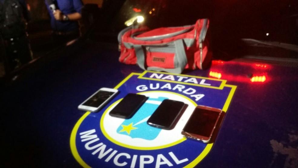 Material foi apreendido com suspeito de assaltos em Natal e região detido pela população na Zona Sul da capital (Foto: Sérgio Henrique Santos/Inter TV Cabugi)