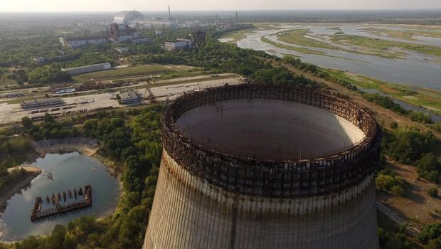 Vista aérea de uma torre de resfriamento abandonada da usina nuclear de Chernobyl. na Ucrânia (Foto: Sean Gallup/Getty Images)