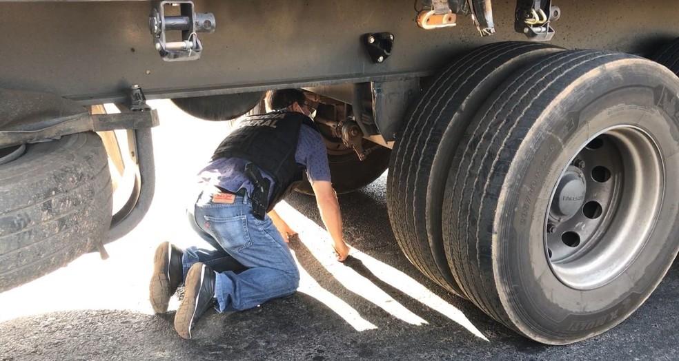 Droga estava escondida em compartimento na parte de baixo do caminhão — Foto: Raíssa Cardoso/Inter TV Grande Minas