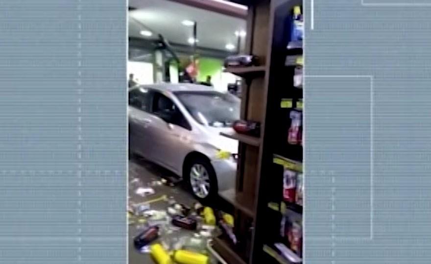 Motorista embriagado perde direção do carro e invade comércio em Nova Serrana