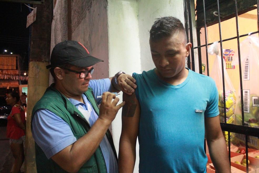 Vacinas foram retomadas também durante a noite após ameaças de traficantes (Foto: Ive Rylo/G1)