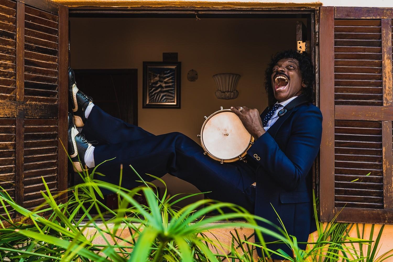 Aos 70 anos, ritmista carioca Índio da Cuíca se apresenta como compositor no primeiro álbum solo