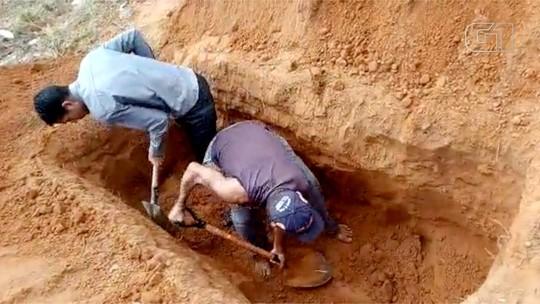 Caixão não entra e família termina cova para enterrar corpo de pescador em MS