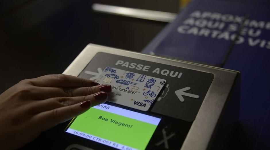 Cartão da Visa sendo usado no transporte público (Foto: Fernando Frazão/Agência Brasil)
