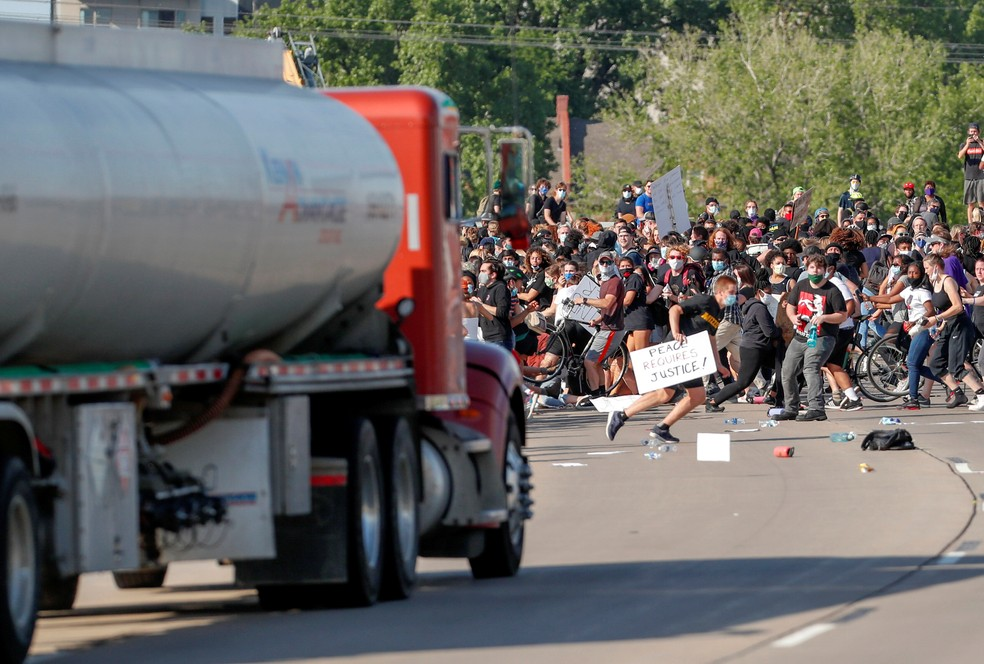Caminhão-tanque avançou sobre manifestantes em Minneapolis, nos EUA, neste domingo (31)  — Foto: REUTERS/Eric Miller