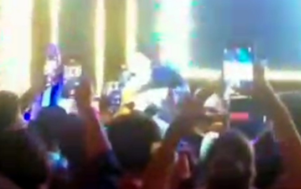 Pessoas se aglomeram em frente aos sertanejos Bruno e Jorge em evento particular — Foto: Reprodução/TV Anhanguera