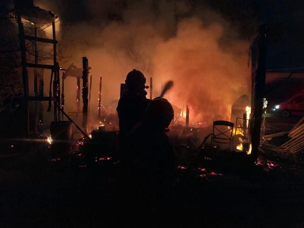 Incêndio destrói casa de madeira na Ponte Alta do Gama, no DF — Foto: CBMDF/Divulgação
