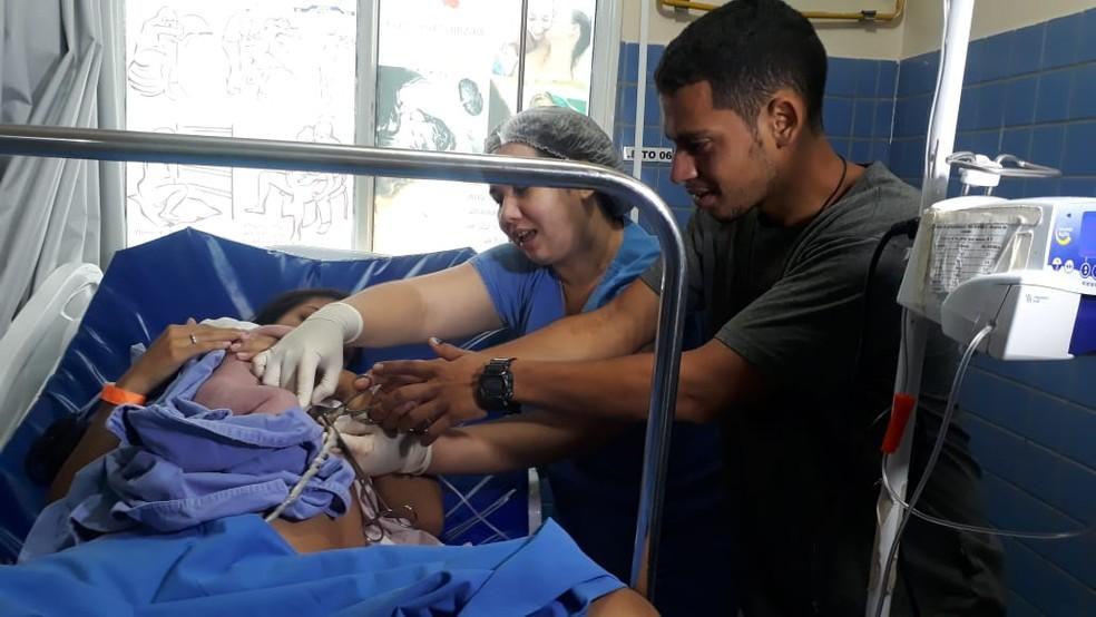Raphael fez questão de cortar o cordão umbilical do primeiro filho — Foto: Karina Quadros/Rede Amazônica