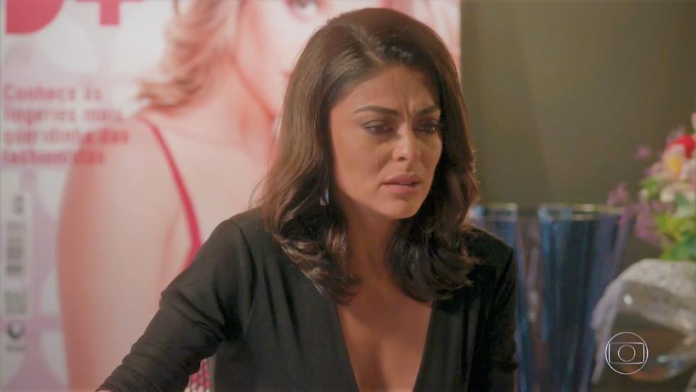 Carolina (Juliana Paes) fica arrasada com ligação do médico — Foto: TV Globo
