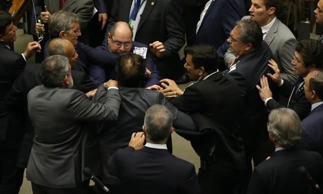 Deputados se empurram no plenário