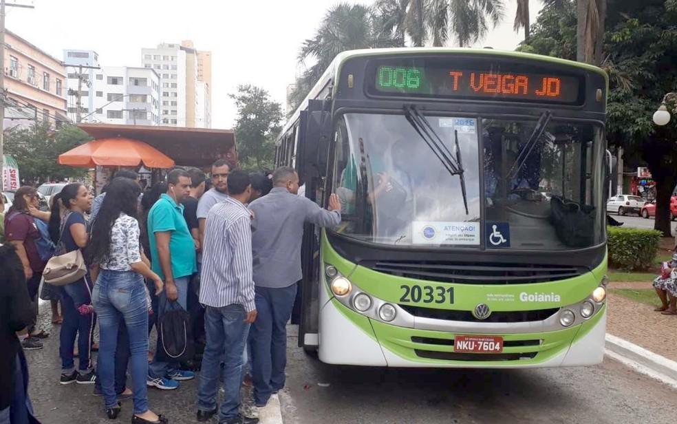Projeto de lei que obriga colocação de ar-condicionado em ônibus agrada população de Goiânia  — Foto: Sílvio Túlio/G1