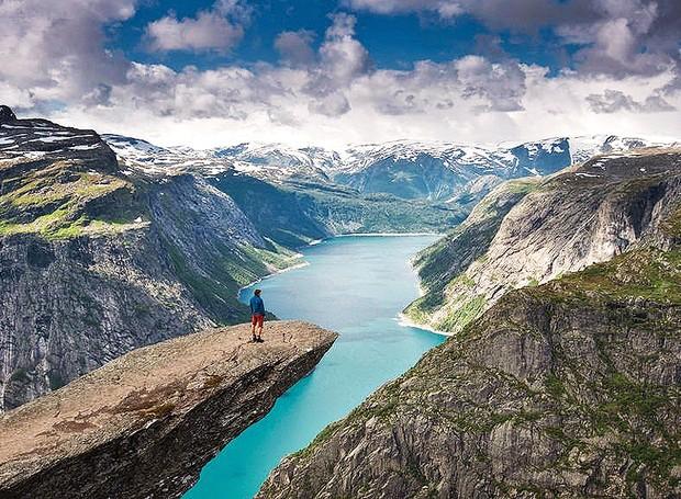 Trolltunga, Odda, Noruega – Projetada sobre um abismo, a pedra Trolltunga fica a 700 metros acima do lago Ringedalsvatnet e proporciona uma das mais incríveis experiências naturais ao redor do mundo (Foto: Reprodução/BlogBlux)
