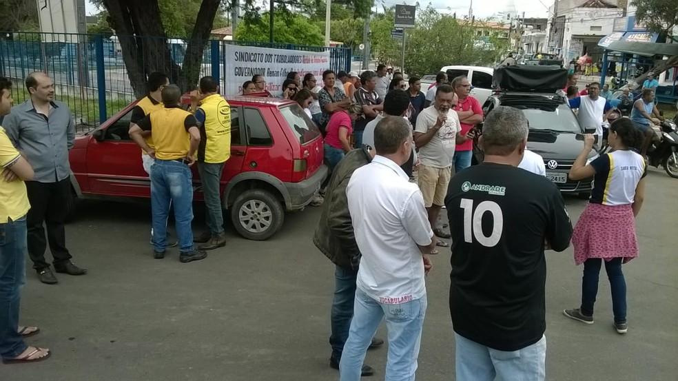 Antigos funcionários protestaram em frente a Fábrica da Pedra, em Delmiro Gouveia (Foto: Uedson Silva/Arquivo Pessoal)