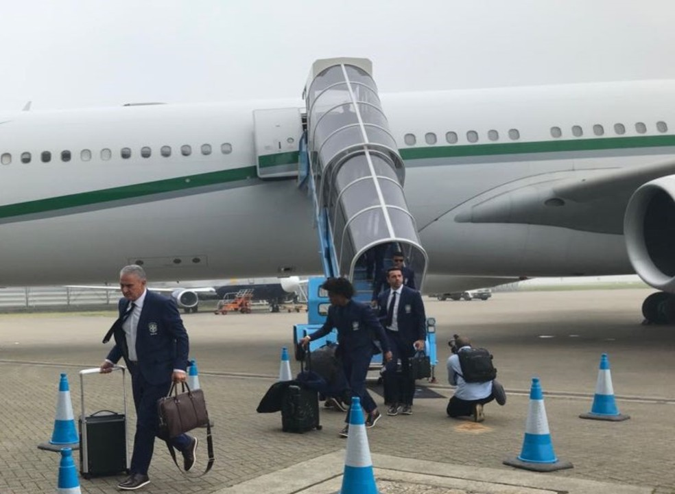 Tite desembarca com a Seleção Brasileira em Londres (Foto: Guilherme Oliveira)