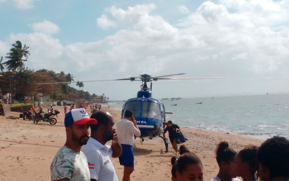 Vítimas são resgatadas na praia do Duro, em Vera Cruz (Foto: Luís Paulo / Arquivo Pessoal)