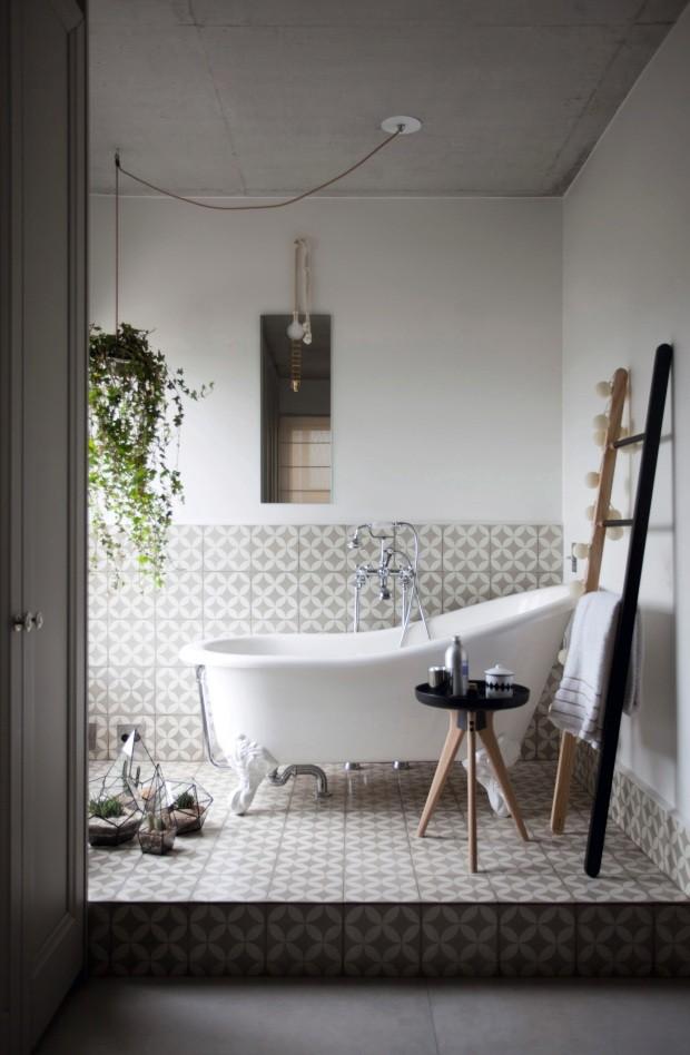 Sala de banho com revestimento de ladrilho hidráulico e banheira originais em apartamento em São Paulo (Foto: Marco Antonio / Editora Globo)
