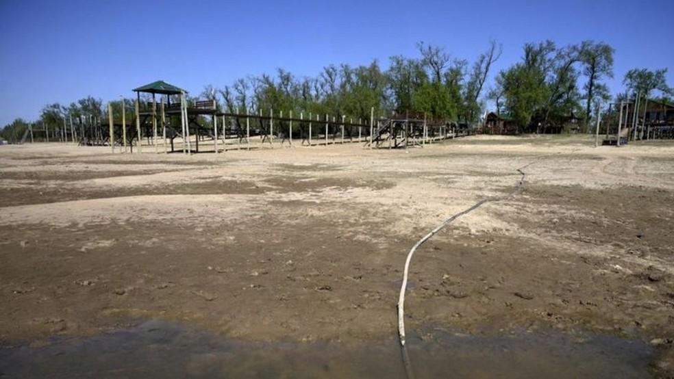 Onde antes havia água, apenas terra empoeirada é visível — Foto: Getty Images via BBC