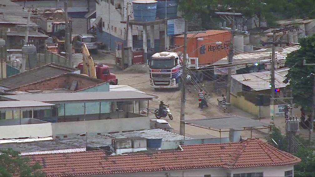 Caminhão já sem a carga é resgatado da Vila Cruzeiro, na Penha — Foto: Reprodução/TV Globo