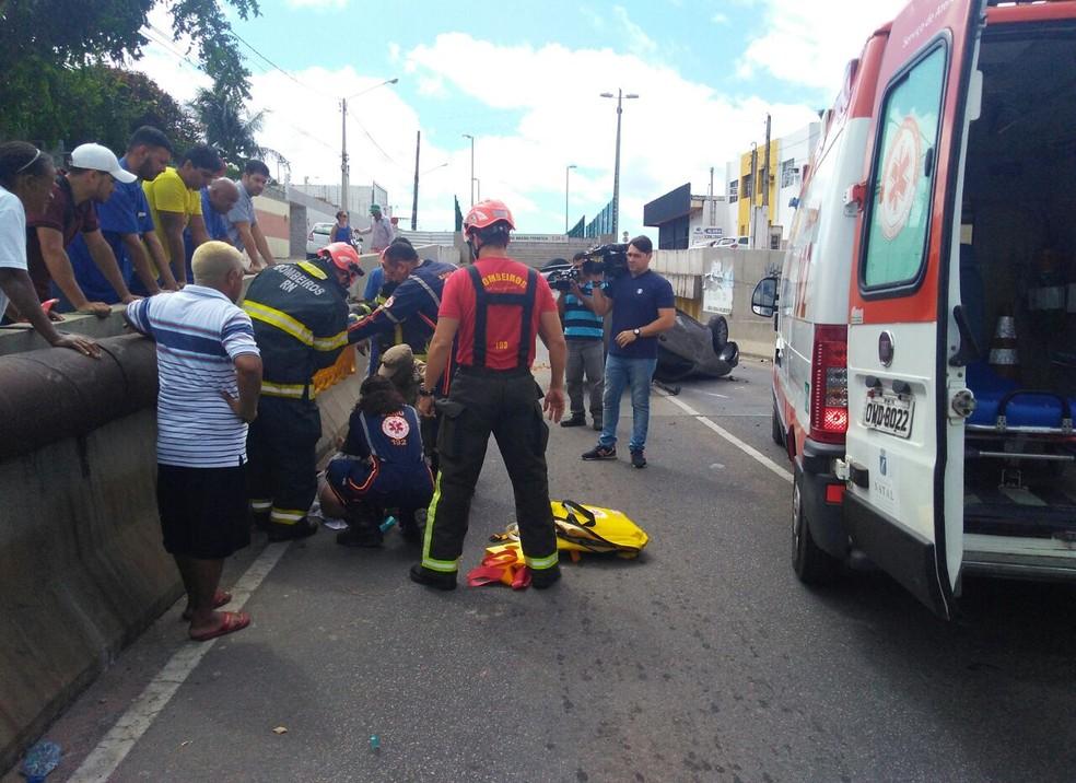 Motorista que sofreu capotamento foi levado consciente ao hospital, em Natal  (Foto: Marksuel Figueredo/Inter TV Cabugi)