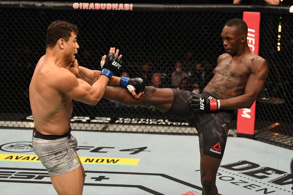Os chutes de Israel Adesanya construiram a sua vitória sobre Paulo Borrachinha no UFC 253 — Foto: Getty Images