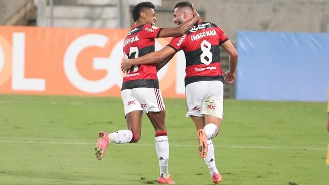 Bruno Henrique e Thiago Maia, do Flamengo, comemoram contra o Cuiabá