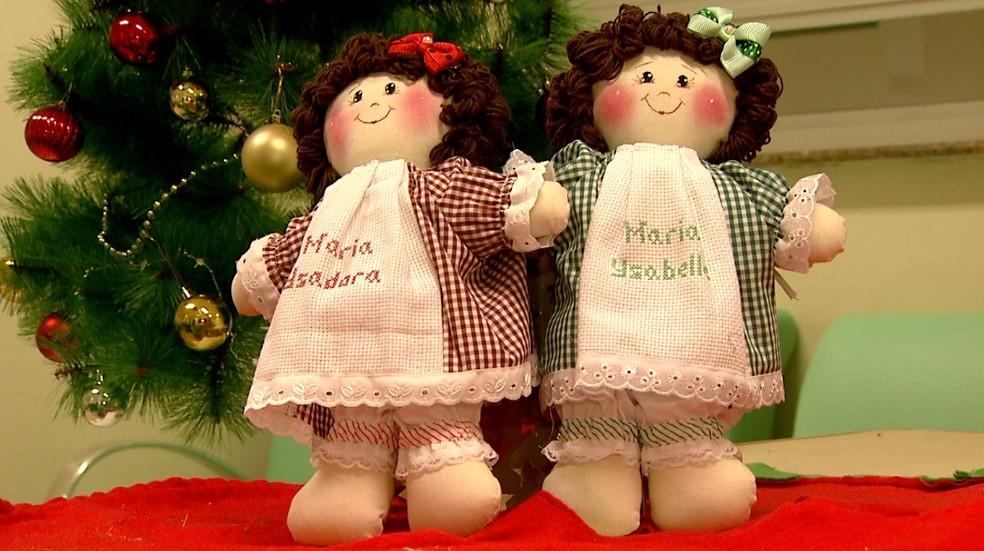 As 'bonecas siamesas' doadas a Maria Ysadora e Maria Ysabelle em Ribeirão Preto — Foto: Cláudio Oliveira/EPTV