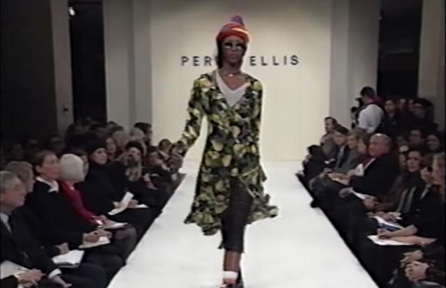 Naomi Campbell no desfile da coleção grunge de Marc Jacobs para a Perry Ellis, em 1993 (Foto: Frame)