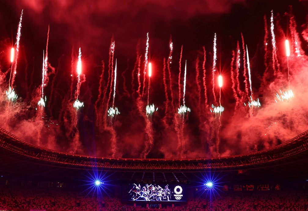 Fogos de artifício são lançados do estádio durante a cerimônia de abertura dos Jogos Olímpicos de Tóquio, no Japão — Foto: Leah Millis/Reuters