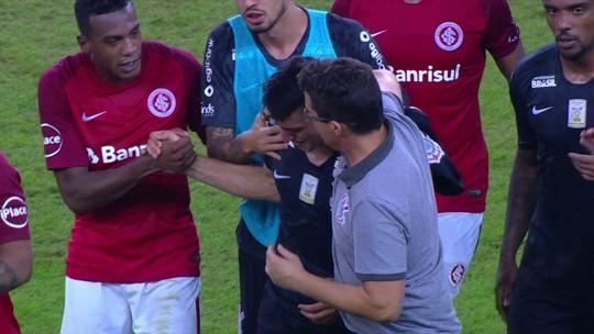 Após falha, Mantuan é amparado por companheiros e jogadores do Inter