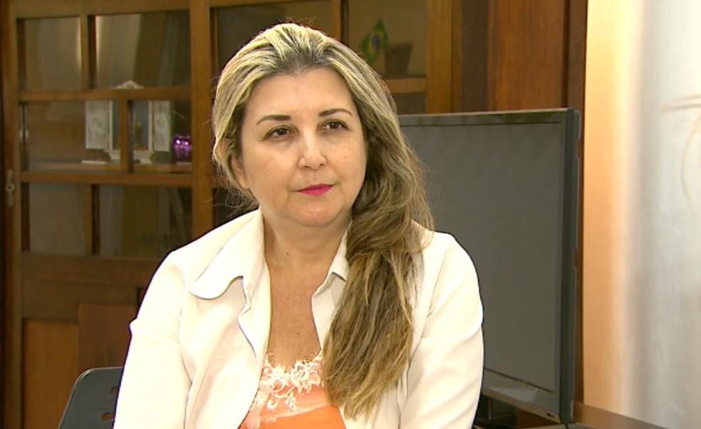 A diretora regional de ensino, Simone Maria Locca, diz que licitação em caráter emergencial foi aberta (Foto: Valdinei Malaguti/EPTV)