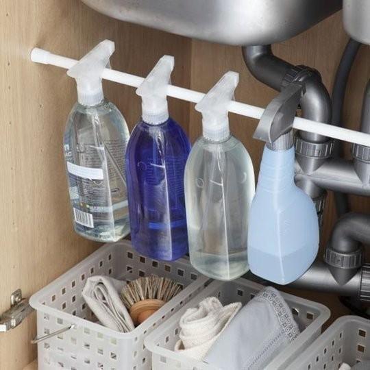 Embaixo da pia, aspersores ocupam menos espaço quando suspensos com o auxílio das barras (Foto: Pinterest/Reprodução)